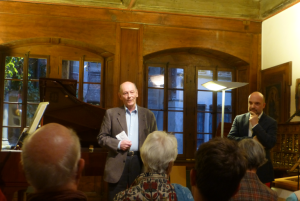 Le professeur Philippe Junod en compagnie d'Yvan Schwab, directeur du Musée Alexis Forel, lors du vernissage de l'exposition « Visages »